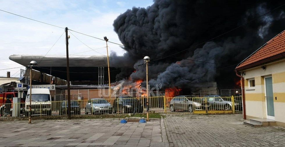 Photo of Izbio veliki požar na pijaci u centru Tuzle, svi vatrogasci na terenu
