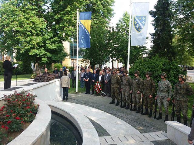 Photo of Polaganjem cvijeća i svečanom akademijom obilježena godišnjica 108./215. Viteške motorizovane brigade Armije RBIH