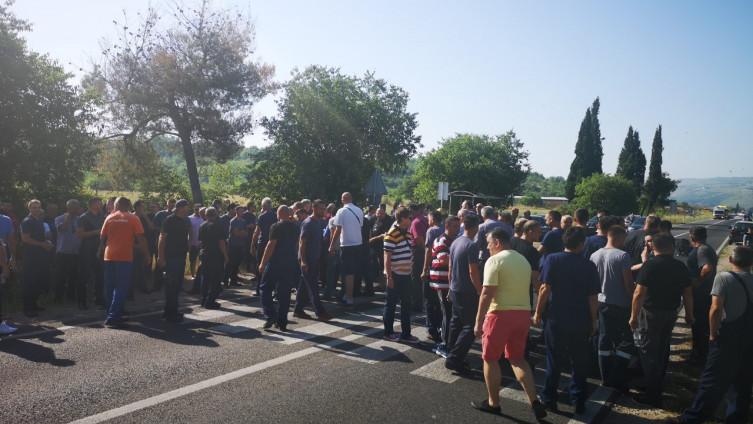 """Photo of Nezadovoljni radnici """"Aluminija"""" blokirali magistralni put kod Mostara"""