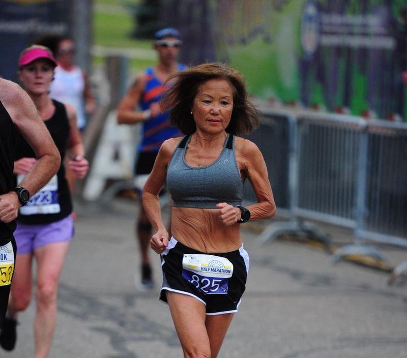 Photo of Sedamdesetjednogodišnja baka Džini Rajs istrčala polumaraton za 1:37:07
