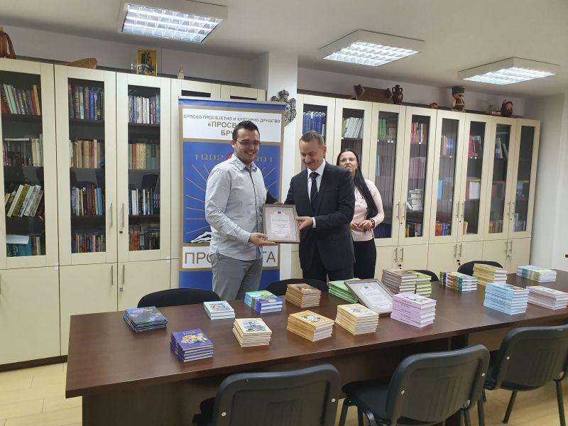 "Photo of Брчко: Актив жена СНСД-а и Млади социјалдемократи донирали 115 књига библиотеци ""Просвјетe"""