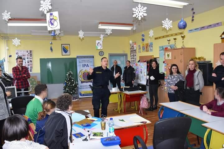 Photo of Članovi IPA Brčko i Policije BD podijelili paketiće učenicima III Osnovne škole