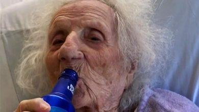 Photo of Starica u 103. godini pobijedila COVID-19 pa proslavila uz pivo u bolnici
