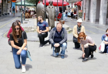 Photo of Tuzlaci klečali na jednoj nozi u znak borbe protiv rasizma u BiH i svijetu
