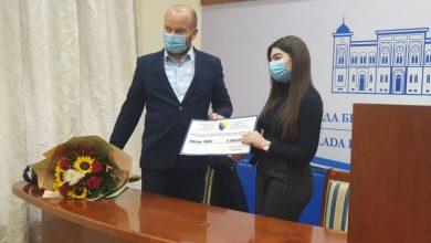 Photo of Брчко: Османовић уручио 5.000 КМ студенту генерације